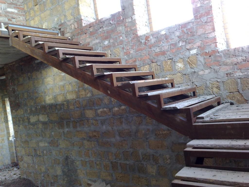 Маленькая лестница на даче на второй этаж своими руками
